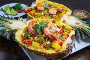 Riz sauté à l'ananas, crevettes, noix de cajou grillées et feuilles de coriandre